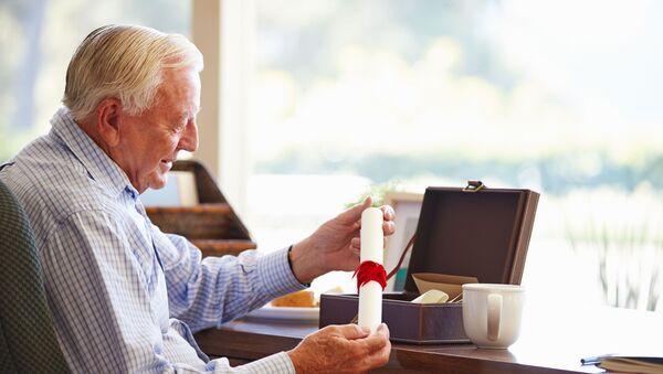 Starší muž sedí u stolu. Ilustrační foto - Sputnik Česká republika