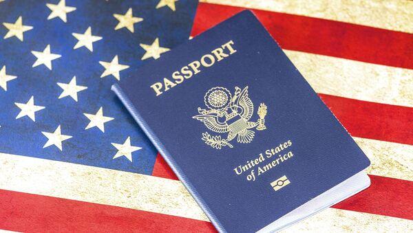 Americký pas na pozadí vlajky USA - Sputnik Česká republika