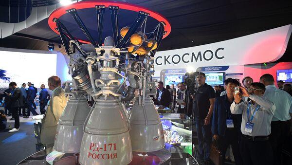 Ruský raketová motor na tekuté palivo RD-171 na mezinárodním leteckém a vesmírném veletrhu MAKS 2019 - Sputnik Česká republika