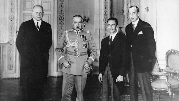 Německý velvyslanec Hans-Adolf von Moltke, polský vůdce Józef Piłsudski, německý ministr propagandy Joseph Goebbels a polský ministr zahraničních věcí Józef Beck ve Varšavě  - Sputnik Česká republika