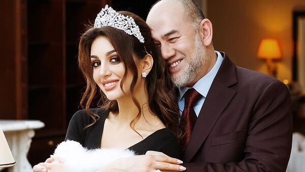 Miss Moskva Oksana Vojevodinová a její exmanžel, bývalý panovník Malajsie Muhammad V.  - Sputnik Česká republika