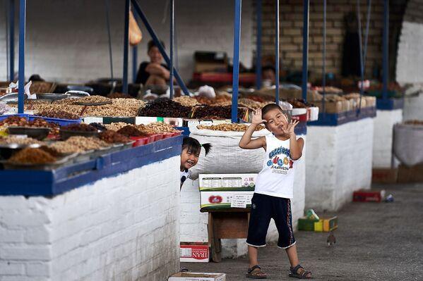 Smějící se děti na trhu v Kyrgyzstánu - Sputnik Česká republika