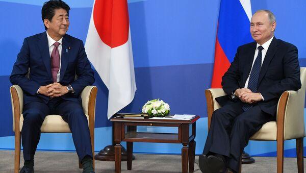 Ruský prezident Vladimir Putin a japonský premiér Šinzó Abe se účastní Východního ekonomického fóra na Ruském ostrově (5. září 2019) - Sputnik Česká republika