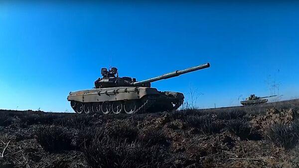 Podívejte se na střelbu tankistů na dlouhou vzdálenost v rámci cvičení poblíž ruského Volgogradu - Sputnik Česká republika