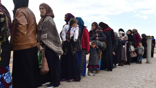 Syrští uprchlíci opouští provincii Idlib přes přechod Abu Adh Dhuhur - Sputnik Česká republika
