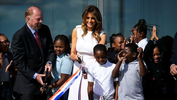 Первая леди CША Меланья Трамп пытается перерезать ленту на открытии монумента Джорджу Вашингтону - Sputnik Česká republika