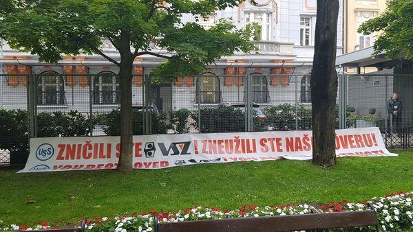 Transparent před budovu amerického velvyslanectví v Bratislavě, dne 25. září 2019 - Sputnik Česká republika