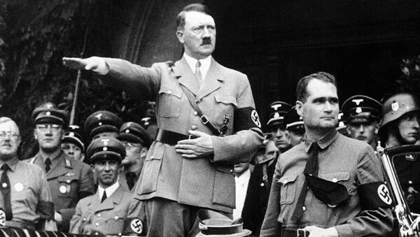 Adolf Hitler a Rudolf Hess na vojenské přehlídce v Berlíně, 1938 - Sputnik Česká republika
