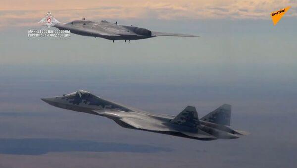 Ministerstvo obrany Ruska zveřejnilo video z letu Su-57 a dronu Ochotnik - Sputnik Česká republika