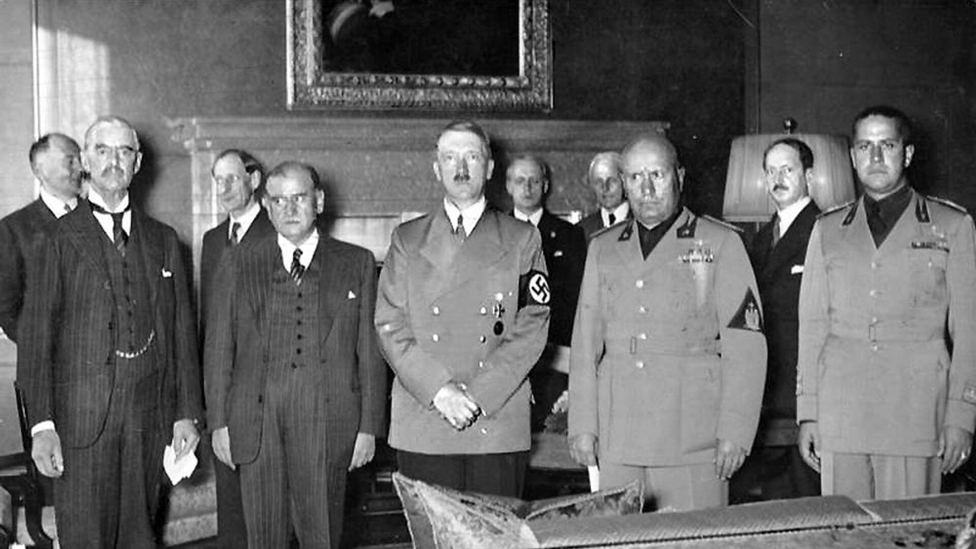 Fotografie z průběhu Mnichovských jednání – zleva: Neville Chamberlain za Velkou Británii, Édouard Daladier, zástupce Francie, Adolf Hitler za nacistické Německo a Benito Mussolini za fašistickou Itálii - Sputnik Česká republika, 1920, 30.09.2021