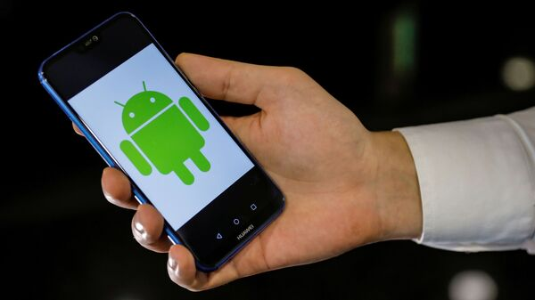 An Android logo is displayed on a Huawei smartphone in this illustration picture May 20, 2019 - Sputnik Česká republika
