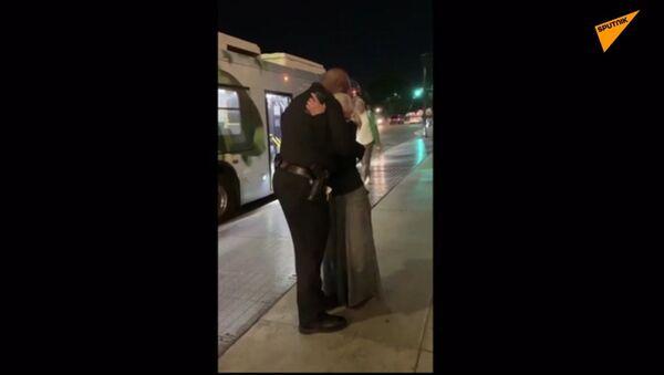 Ruská bezdomovkyně, která zpívala v metru LA, se setkala s policistou, jež jí pomohl k popularitě - Sputnik Česká republika