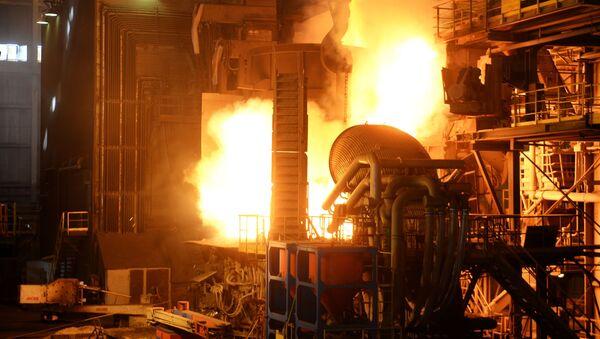Plnění pece ve výrobní hale ocelárny Severského potrubního závodu. - Sputnik Česká republika