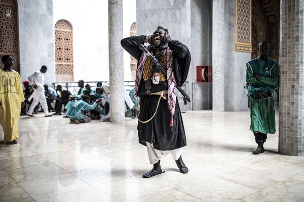 Stoupenec Baye Fall zpívá na výstupu z mešity. - Sputnik Česká republika