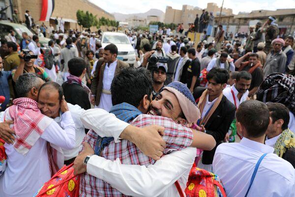 Vězni objímají příbuzné poté, co je Hútíové propustili z ústředního vězení Sanaa v Jemenu. - Sputnik Česká republika