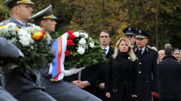 Zuzana Čaputová během kladení věnců u památníku bitvy o Dukelský průsmyk - Sputnik Česká republika