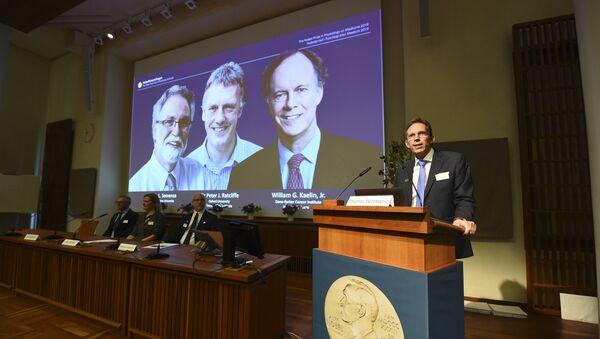 Tajemník Nobelovy komise Thomas Perlmann při vyhlášení vítězů Nobelovy ceny  - Sputnik Česká republika
