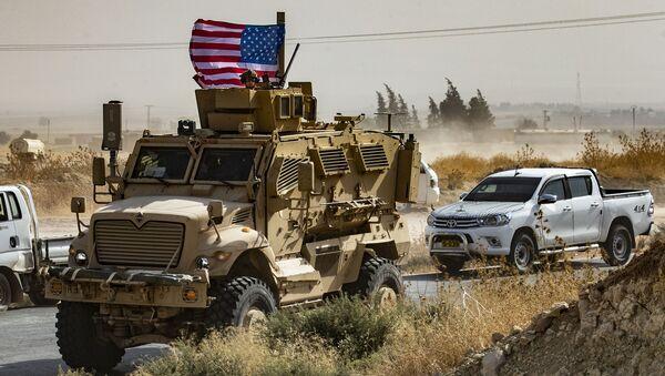Američtí vojáci na obrněném vozidle na okraji města Sari Kani v syrské provincii Hasaka (6. 10. 2019) - Sputnik Česká republika