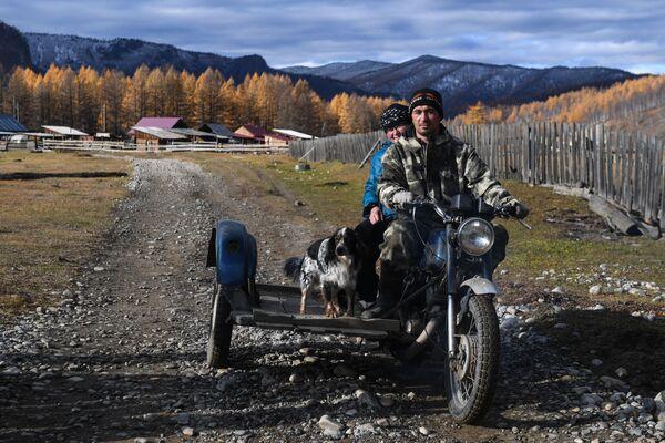 Místní obyvatel na motocyklu - Sputnik Česká republika