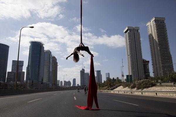 Izraelská akrobatka vystupuje na dálnici během židovského festivalu Yom Kippur v Tel Avivu v Izraeli - Sputnik Česká republika