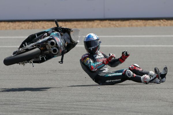 Pád britského jezdce Johna McPheeho ze závodního týmu Petronas Sprinta během závodu Moto3 v Thajsku - Sputnik Česká republika