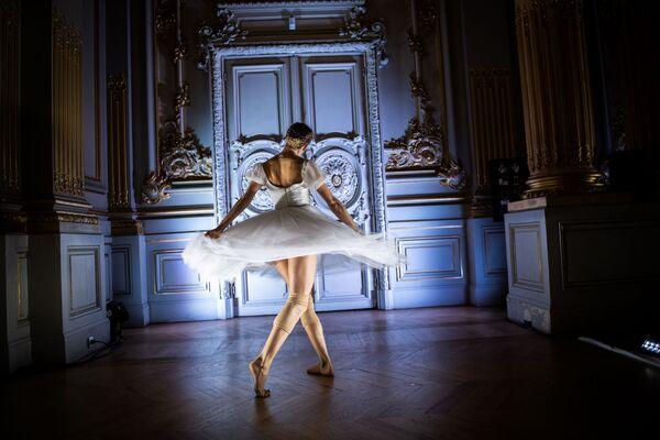 Balerína v baletní společnosti Pařížské opery během taneční show Degas Danse v muzeu Orsay v Paříži - Sputnik Česká republika