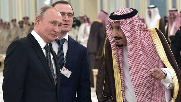 Ruský prezident Vladimir Putin a král Saúdské Arábie Salman bin Abdel Aziz al Saud na oficiálním slavnostním setkání - Sputnik Česká republika