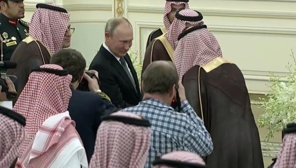 Video: Na podání ruky Putinovi se shromáždila celá fronta Saúdů - Sputnik Česká republika