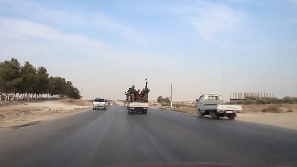 Video: Na stejné cestě se setkala americká vojenská vozidla a vozy Syrské arabské armády - Sputnik Česká republika