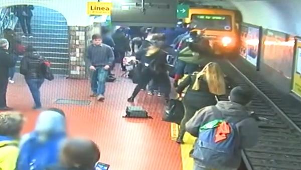 Video, které dnes šokovalo internet! Cestující metra omdlel a shodil ženu pod jedoucí soupravu - Sputnik Česká republika