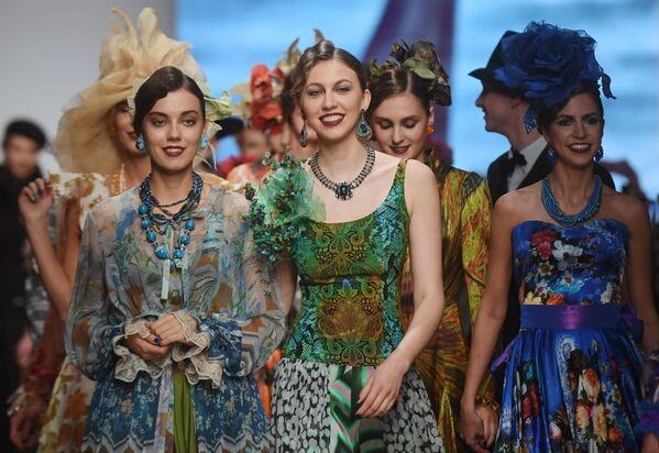 Modelky předvádějící kolekci módního návrháře Vjačeslava Zajceva na Týdnu módy Mercedes-Benz v Moskvě. - Sputnik Česká republika