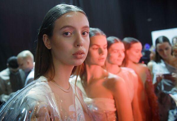 Modelka v maskérně před přehlídkou na Týdnu módy Mercedes-Benz v Moskvě. - Sputnik Česká republika