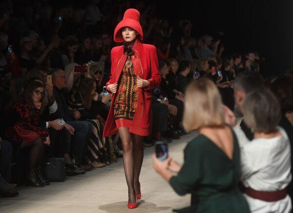 Modelka předvádějící model z kolekce s názvem Moskva a obyvatelé Moskvy, od módního návrháře Vjačeslava Zajceva na Týdnu módy Mercedes-Benz v Moskvě. - Sputnik Česká republika