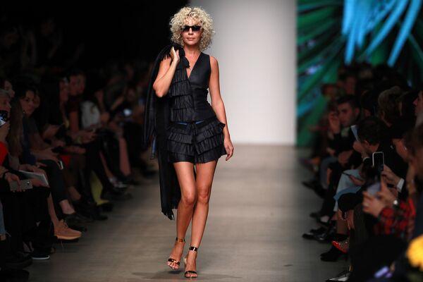Modelka předvádějící kolekci módní návrhářky Julie Dalakian na Týdnu módy Mercedes-Benz v Moskvě. - Sputnik Česká republika
