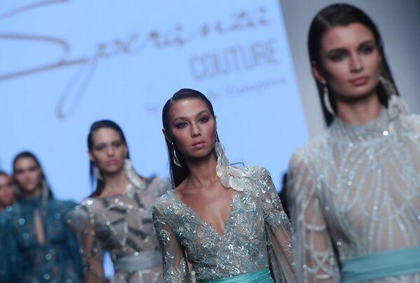 Modelky předvádí modely z kolekce Speranza Couture módní návrhářky Naděždy Jusupové na Týdnu módy Mercedes-Benz v Moskvě. - Sputnik Česká republika