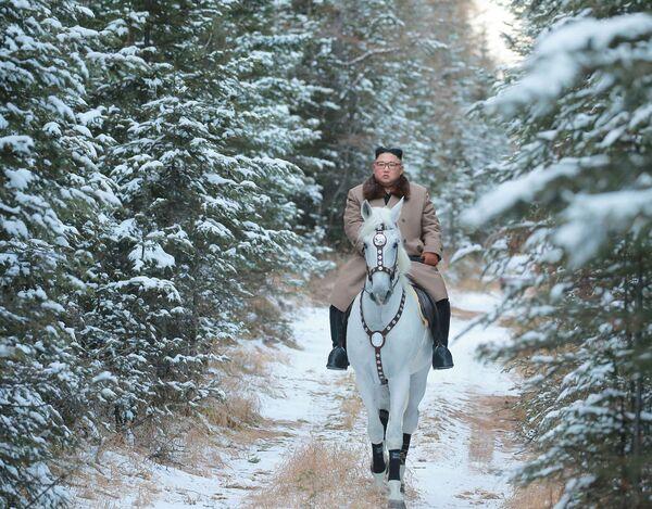 Lídr KLDR Kim Čong-un jede na koni v prvním sněhu na hoře Pektusan. - Sputnik Česká republika