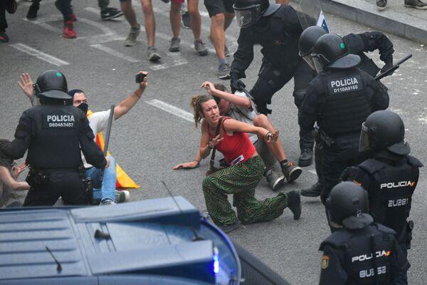 Střetnutí protestujících se španělskými policisty vedle letiště El Prat v Barceloně. - Sputnik Česká republika