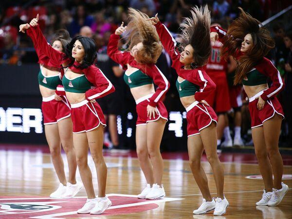 Roztleskávačky tančí během přestávky basketbalového utkání mistrovství Evropy. - Sputnik Česká republika