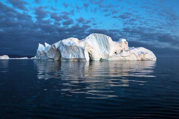 Ledovec ve vodách Grónska. - Sputnik Česká republika