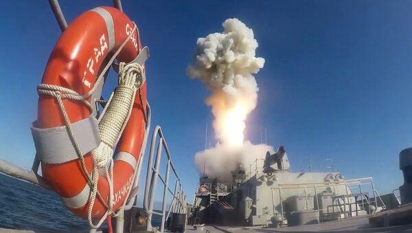 Odpálení vysoce přesné rakety s plochou dráhou letu Kalibr v Barentsově moři - Sputnik Česká republika