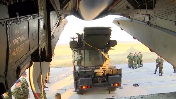 Video:  Vojenská spolupráce nadále posiluje. Rusko přemisťuje raketové systémy S-400 Triumf a Pancir-S1 na území Srbska   - Sputnik Česká republika
