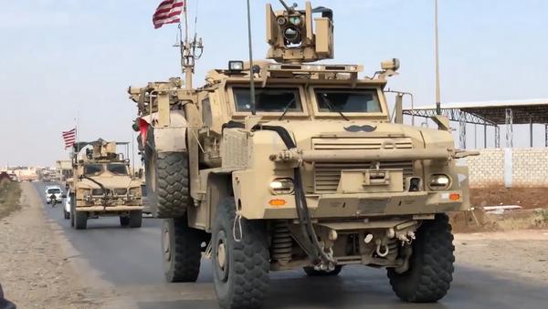 Video: Hlídači ropných ložisek. Americká obrněná vozidla jsou na stráži syrských ropných nalezišť - Sputnik Česká republika