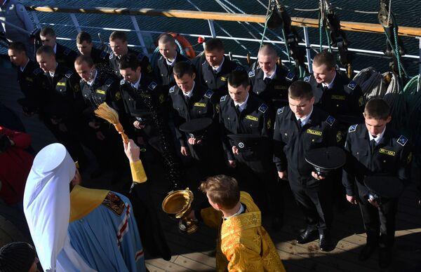 Kněz žehná posádce plachetnice Pallada, která se vydává na cestu kolem světa. - Sputnik Česká republika