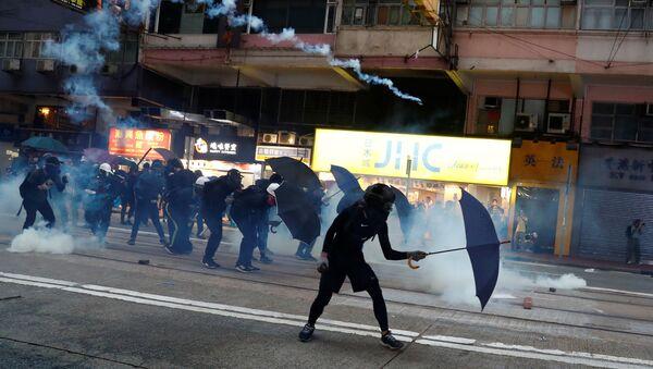 Policie proti demonstrantům v Hongkongu používá slzný plyn (ilustrační foto) - Sputnik Česká republika