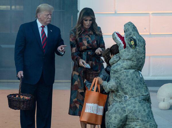 Americký prezident Donald Trump spolu s první dámou Melanií rozdává dětem sladkosti před Halloweenem (28. 10. 2019) - Sputnik Česká republika