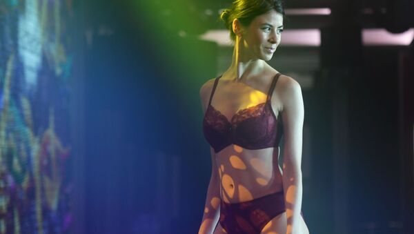 Modelka předvádí kolekci spodního prádla na módní přehlídce Lingerie Fashion Week v Moskvě. - Sputnik Česká republika