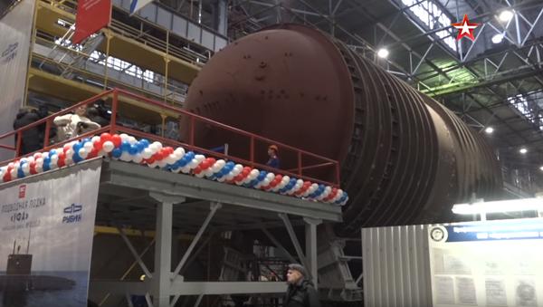 Video: Jedinečná akce. V Rusku byly zároveň zahájeny stavby dvou obrovských ponorek, které ponesou rakety Kalibr - Sputnik Česká republika