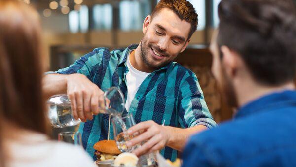 Muž v jídelně - Sputnik Česká republika