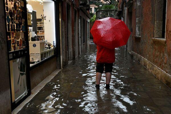 Turista v jedné z ulic Benátek během povodně  - Sputnik Česká republika