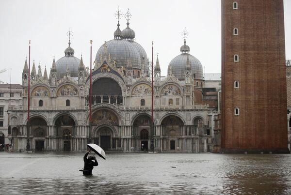 Turista dělá fotografie na zaplaveném náměstí svatého Marka  - Sputnik Česká republika